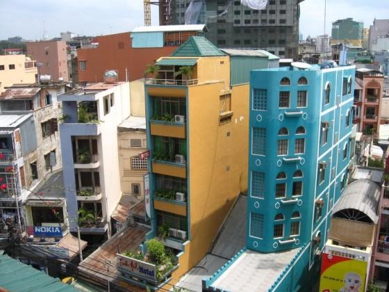 Schmale und bunte Hochhäuser in Saigon