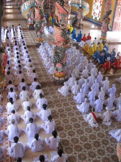 Im Cao Dai Tempel in Tây Ninh nahe Ho-Chi-Minh-Stadt