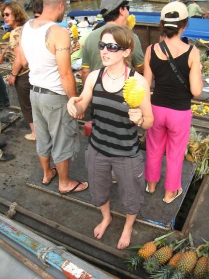 Mit der Ananas in der Hand auf dem Boot