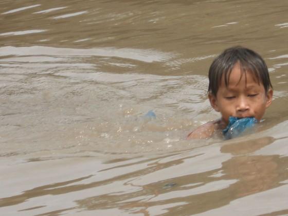 Junge schwimmt im Mekong