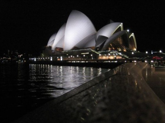 Die erleuchtete Oper von Sydney bei Nacht