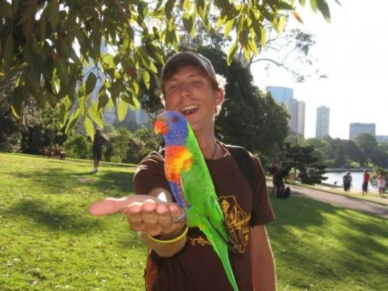 Ich im Botanischen Garten von Sydney mit einem Papagei auf der Hand