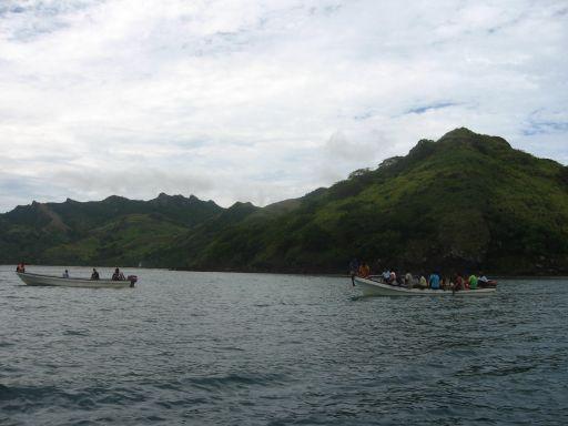 Fidschianer auf dem Weg mit Booten in die Kirche