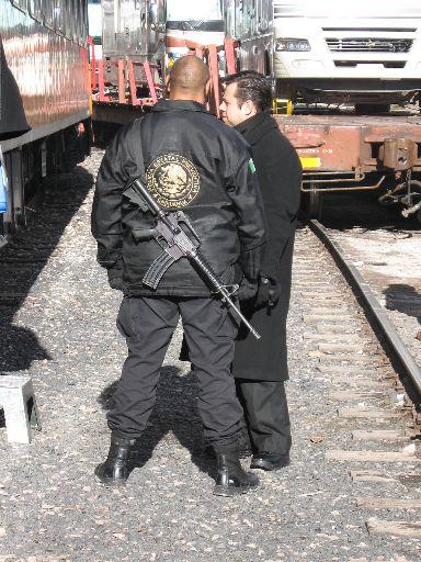 Wachmann mit Maschinenpistole