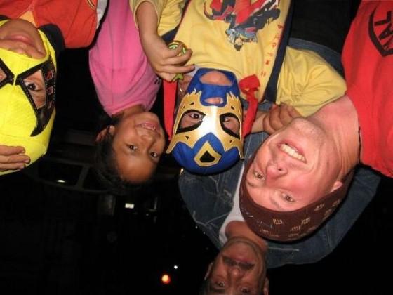 Ich mit Kindern mit Lucha Libre Masken
