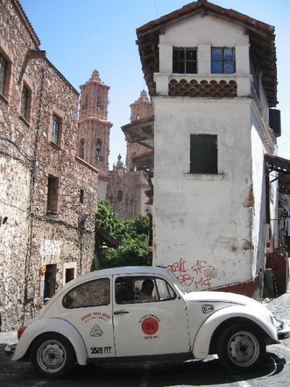Ein VW Käfer in einer engen Kurve