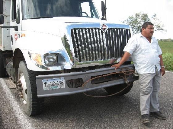 Grimmiger Mexikaner vor seinem Truck