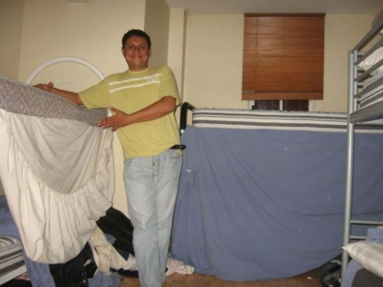 Arzt aus Algerien im Dorm vor seinem Stockbett