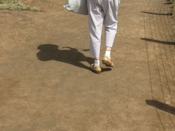 Frau mit Hochwasserhose