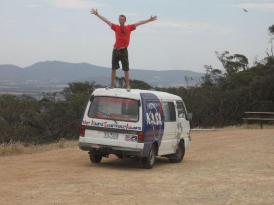 Ich stehe auf dem Dach meines Campervans