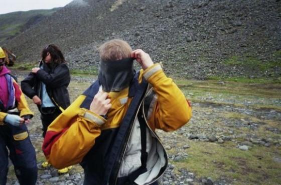 Martina kämpft mit dem Gummikragen der Raftingklamotten