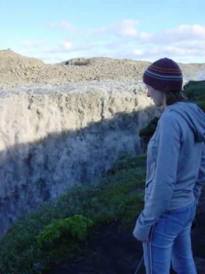 Martina schaut in den riesigen Wasserfall Dettifoss