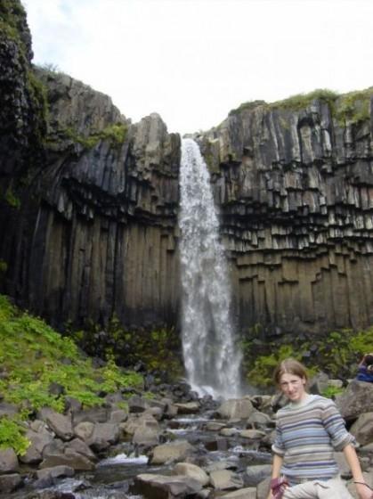 Wasserfall Svartifoss mit eckigen Basaltsäulen