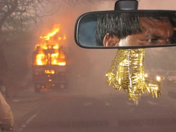 Brennender LKW aus dem Taxi heraus fotografiert