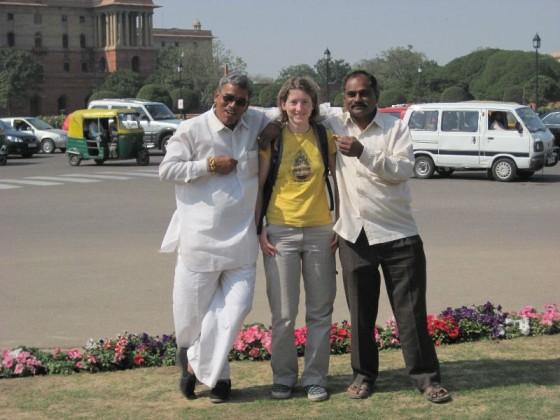 Zwei ältere Inder posen mit Martina in der Mitte