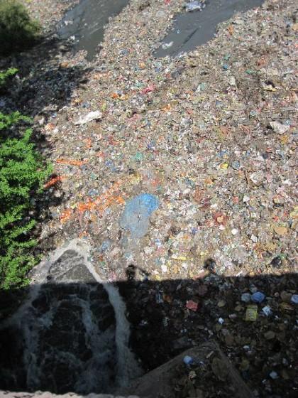 Fluss komplett bedeckt mit Plastikmüll