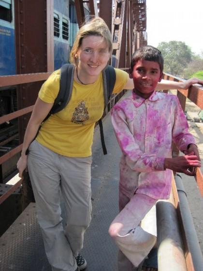 Martina post mit indischem Jungen der wegen Holi voll mit Farbe ist