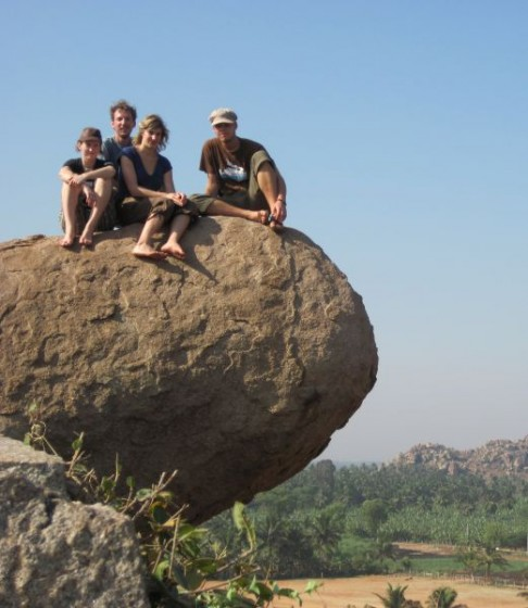 Martina, Steven, Sarah und Valentin auf einem Stein