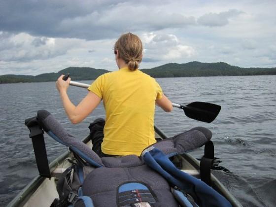 Martina mit dem Paddel auf dem Kanu vorne