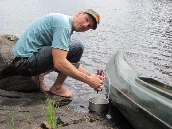 Ich pumpe frisches Wasser aus dem See
