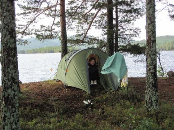 Martina kauert im Zelt