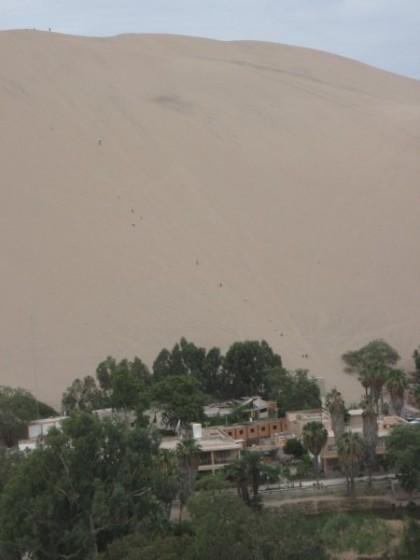 Oase Huacachina mit riesiger Sanddüne dahinter