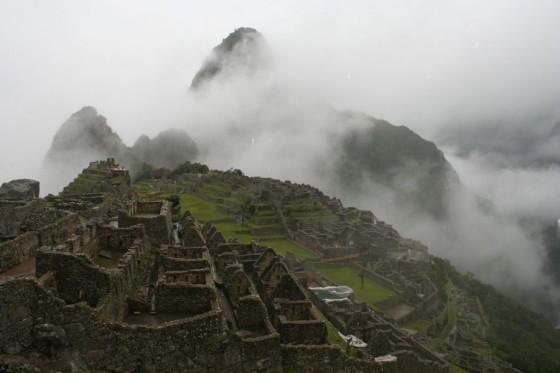 Machu Picchu in mit Berggipfel Huayna Picchu im Hintergrund