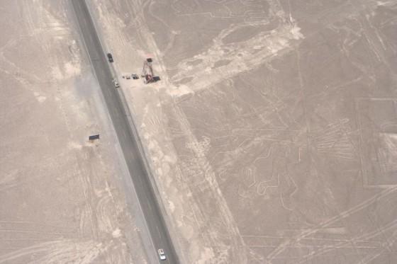 Nazca-Linien: Baum, daneben Autos, Straße und Turm