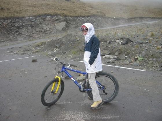 Martina auf dem Mountainbike auf der Passstraße