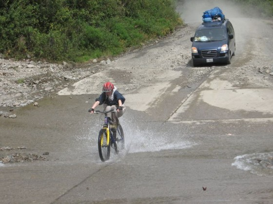 Mit dem Fahrrad durch den Fluß