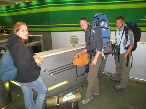 Drei Informatiker/Backpacker beim Autoverleih