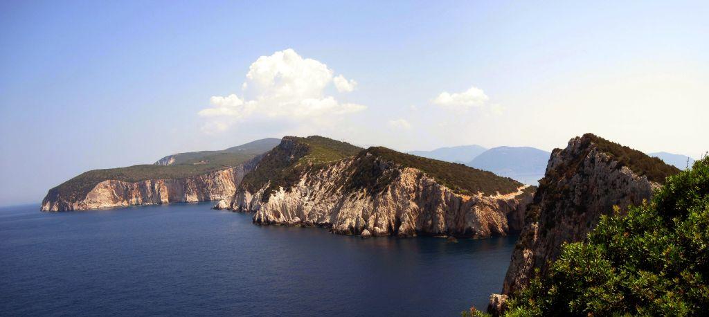 Der Blick von der Südspitze Lefkadas, dem Cape Ducato, in Richtung Insel. Von dort soll sich die griechische Lyrikerin Sappho aus Liebeskummer von den Felsen ins Meer gestürzt haben. Jetzt steht da ein alter Leuchtturm.